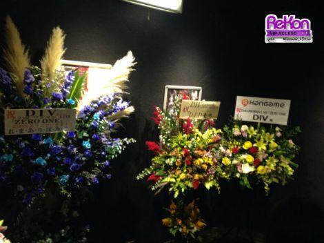 Sejumlah rangkaian bunga untuk DIV, termasuk dari D.I.D. spesial untuk satoshi.