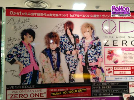 Poster ZERO ONE bertandatangan DIV.  Catatan: poster ini ada di Like an Edison Laforet, bukan Brand X