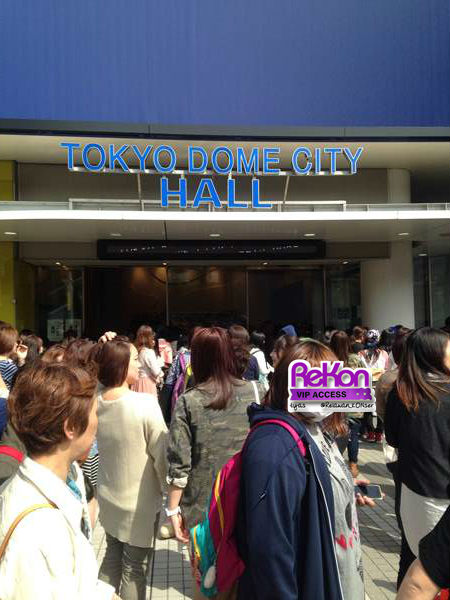 Many fans lining up in front of the venue. Security staff had to time and again asked them not to block people's way, but there were so many of them!
