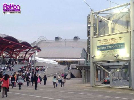 Outside of the Event Hall of Makuhari Messe. On the left is official J-HOTTESTs lining up for their presents.