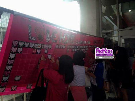 Fans also may get free NO LOVE stickers and borrow colourful markers to leave their messages to Jun.K on these banners.