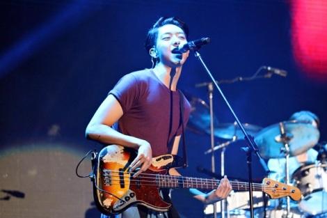 Jungshin dan Yonghwa malam itu sempat beradu kemampuan gitar dan bas mereka dalam membawakan satu nomor instrumental.