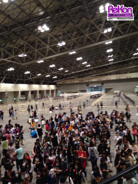 Penampakan Hall 6 Makuhari Messe. Tampak bilik-bilik bagi anggota B.A.P di kejauhan, sementara yang terlihat di sebelah depan adalah antrian penggemar yang hendak membeli CD di kios TOWER RECORDS.